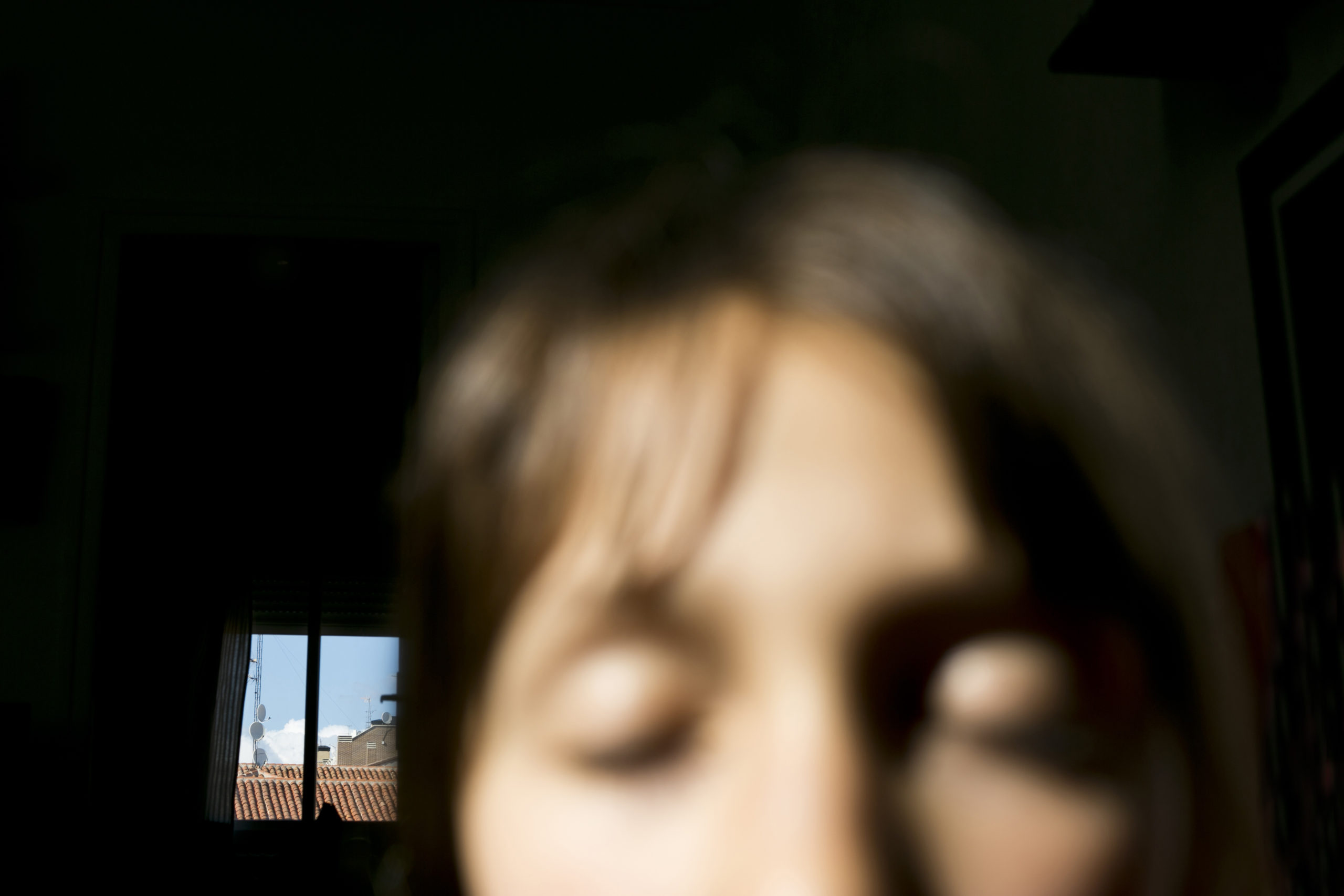 Para mí, aparte de la piel y los besos de mi hija, lo que me apacigua, como fotógrafa que soy, es la cámara. El no poder salir a trabajar me ha otorgado la posibilidad de volver a la fotografía como vocación y disfrute: jugar en la intimidad.